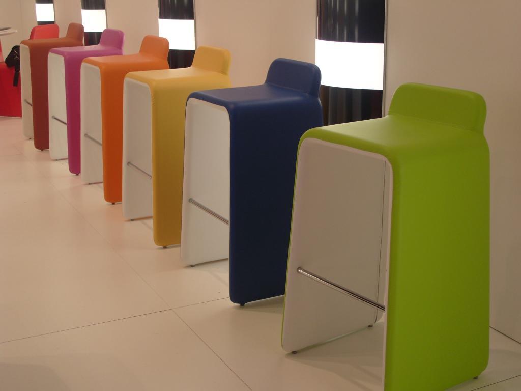 Un mondo di colori per le sedie all ultimo salone del for Colori per salone